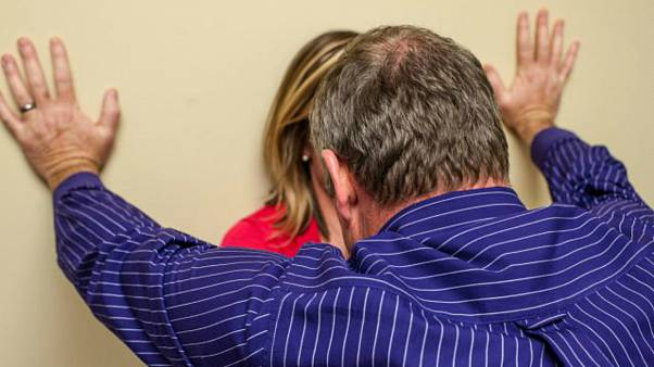 محاكمة رجل أنجب 8 أطفال من ابنته واغتصبها مدة 20 عاما