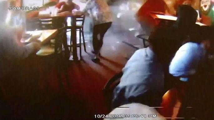 Schockmoment: Auto kracht in Restaurant - Video