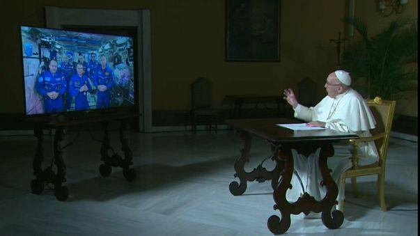 Papa Francis astronotlara insanlığın evrendeki yerini sordu