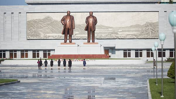 """لماذا وضعت كوريا الشمالية حراسة مشددة على تماثيل """"عائلة كيم المجيدة""""؟"""