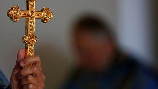 فرنسا تأمر بنزع صليب من على تمثال يوحنا بولس
