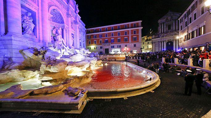 نافورة تاريخية في روما تتحول للون الأحمر بعد إلقاء صبغة بها