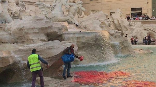 Rom: Künstler färbt Wasser des Trevi-Brunnens blutrot