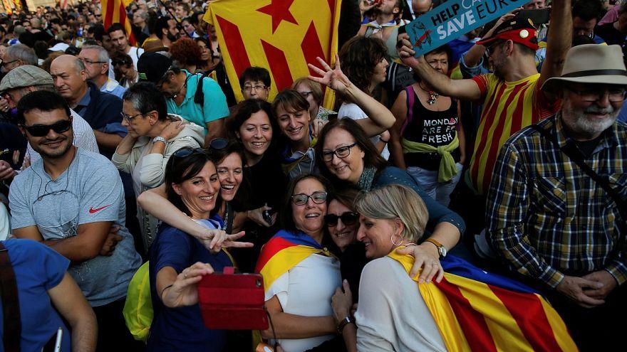 """Sie singen die Hymne von Katalonien am 27.10.17: """"Zersägen wir die Ketten"""""""