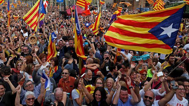 [En imágenes] Cataluña vota la independencia, el Senado español suspende la autonomía