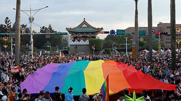 Tayvan'da binler LGBT'nin Onur Yürüyüşü'ne katıldı