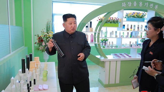 كيم جونغ أون وزوجته في زيارة إلى مصنع لمستحضرات التجميل