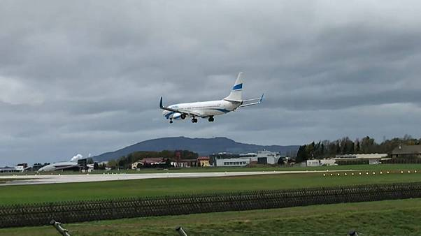 Rüzgardan savrulan uçak pisti pas geçti