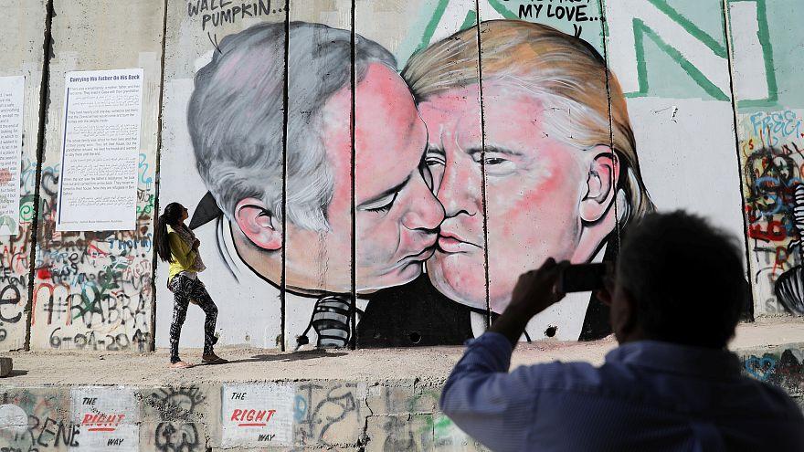 Murale con bacio Trump-Netanyahu