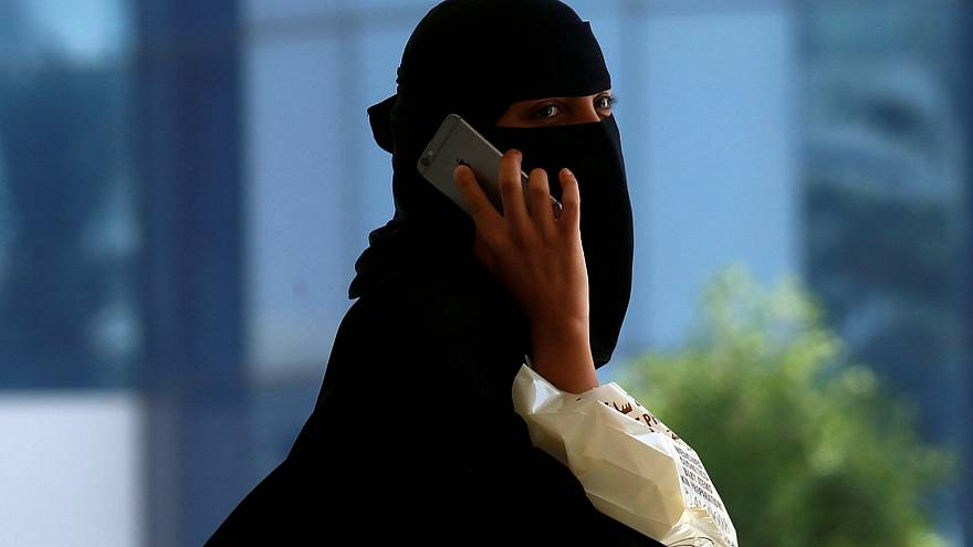 """السعوديون منقسمون حول """"زواج بنت تدخل الملعب"""""""