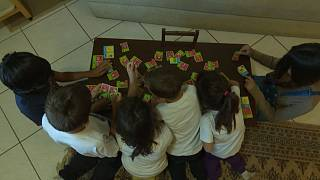 Famílias gregas abrem portas a menores refugiados