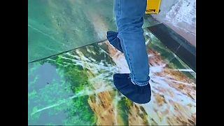 """السير وراء """"الهلع"""" على جسر بلوري معلق في الصين"""