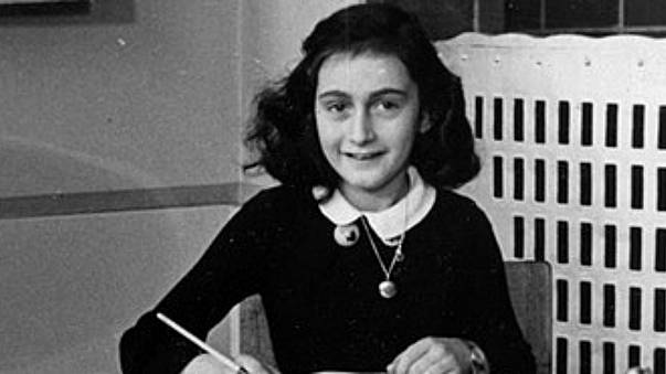 Un treno dedicato ad Anna Frank e nuovi adesivi antisemiti, polemica in Germania