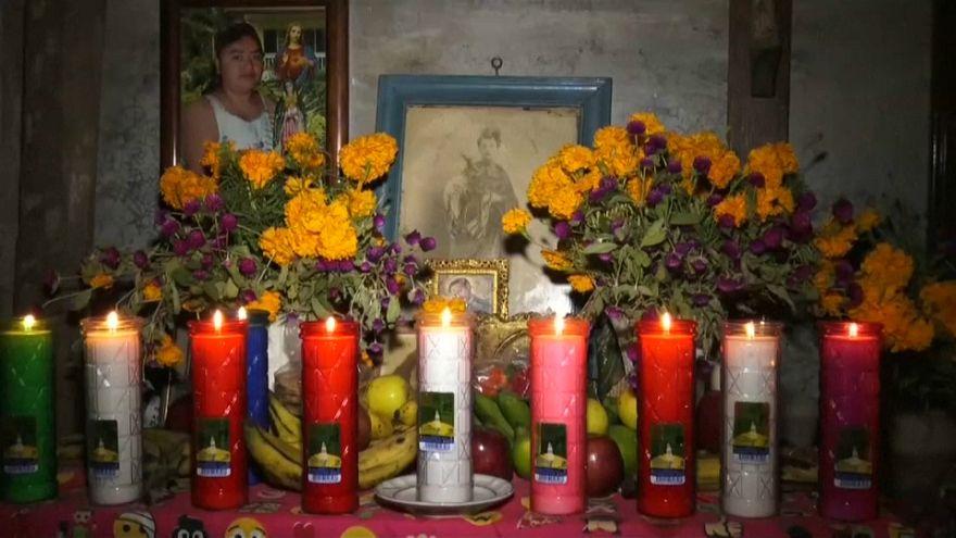 México honra a sus muertos entre ruinas