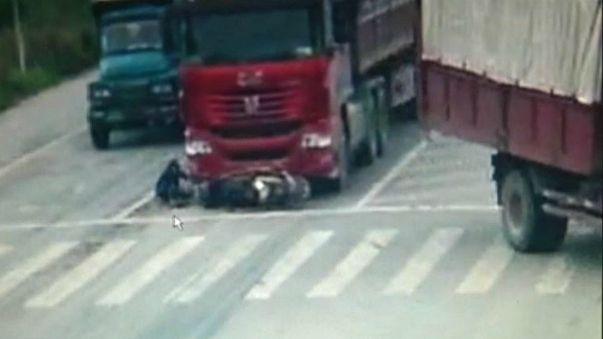 شاهد كيف نجا سائق دراجة بأعجوبة من الدهس تحت عجلات شاحنة