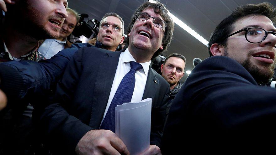 قادة كتالونيا يمثلون أمام القضاء الإسباني في غياب زعيم الإقليم