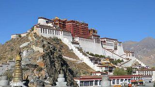 Stadio avveniristico e bombole d'ossigeno ogni 15 minuti: i tibetani all'assalto del calcio cinese