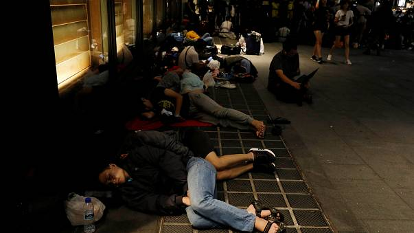 """النوم في الشارع من أجل عيون """"أيفون أكس"""""""