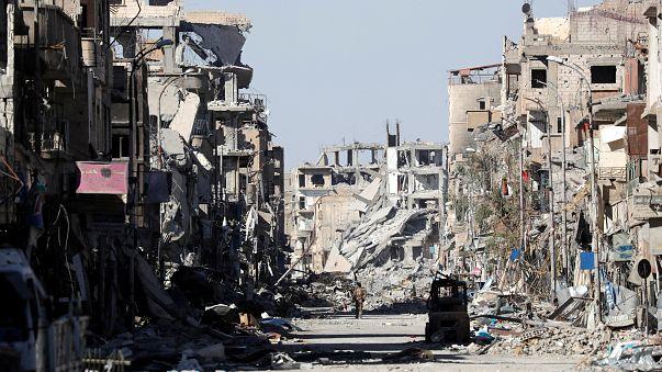 دير الزور ترتدي الأعلام الوطنية السورية