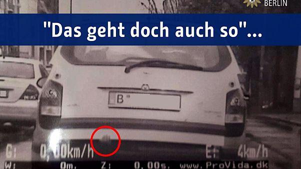 Kind im Kofferraum #gehtnicht - Polizei Berlin mahnt Eltern auf Twitter