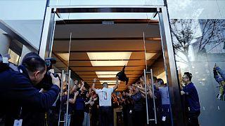 iPhone X satışa çıktığı gün birçok mağazada tükendi