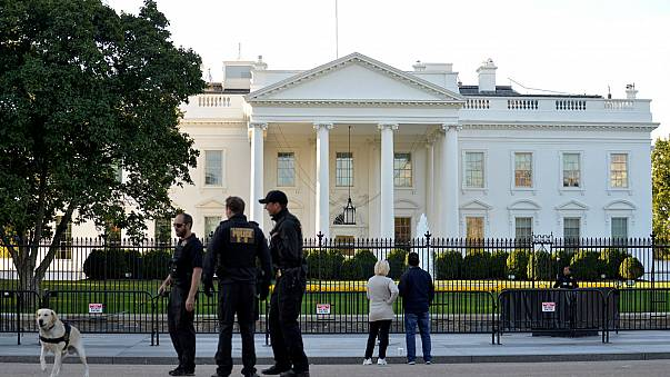 """Casa Branca encerrada esta sexta-feira de manhã devido a """"atividades suspeitas"""".  Uma pessoa foi detida na sequência de um incidente junto ao gradeamento, informa a imprensa americana"""