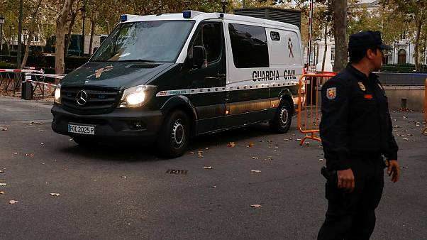 Tres policías se burlan de Junqueras en el momento de su traslado a prisión