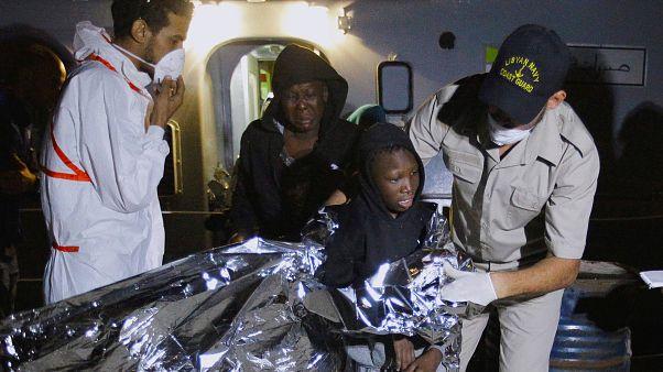 انقاذ مئات المهاجرين قبالة البحر المتوسط