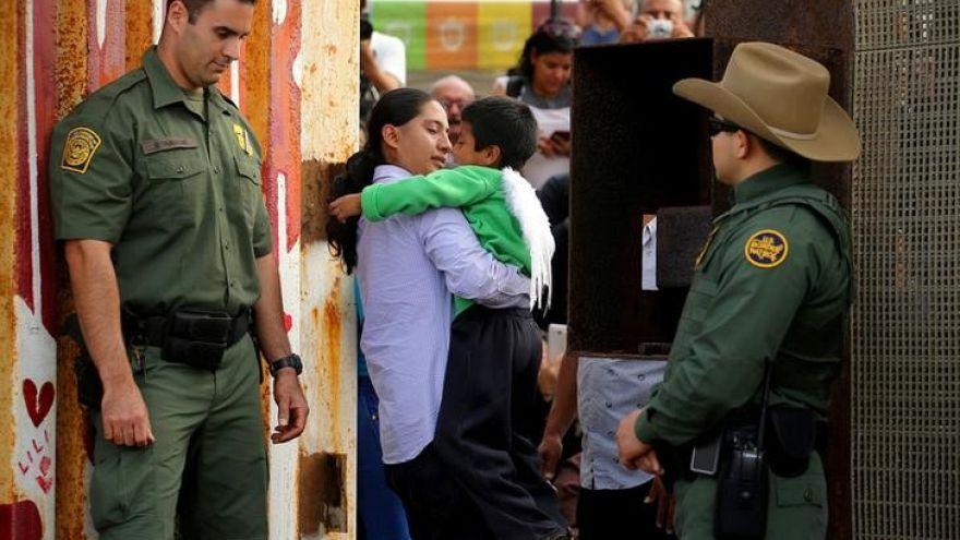 الحكومة الأمريكية تفرج عن طفلة مكسيكية مصابة بالشلل الدماغي