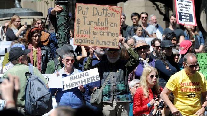 أستراليون يحتجون على الأوضاع بمركز لطالبي اللجوء