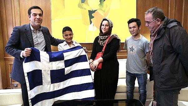Tsipras trifft Amir (11) aus Afghanistan nach rassistischem Angriff
