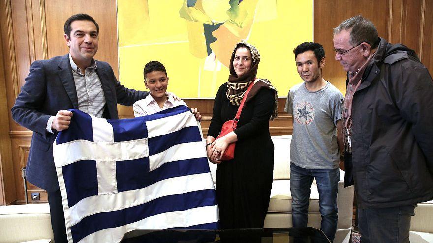 Μια ελληνική σημαία το συμβολικό δώρο Τσίπρα στον Αμίρ