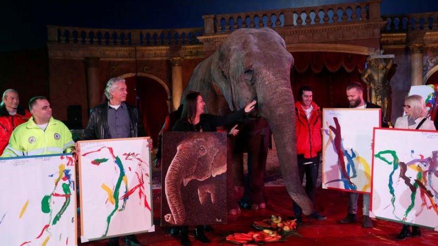 بيع لوحات من صنع أنثى فيل هندية في مزاد بالمجر