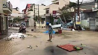 Vietnam'da Damrey Tayfunu yıktı geçti