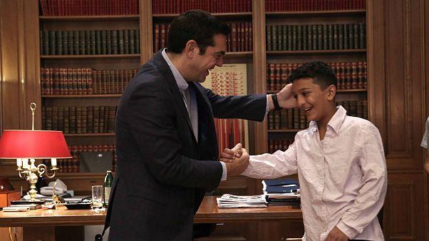 نخست وزیر یونان از نوجوان افغان دلجویی کرد