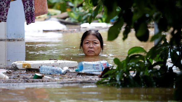 Death toll rises as Typhoon Damrey lashes Vietnam