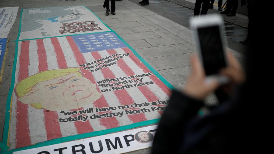 """""""Нет войне!"""" - как в Сеуле встречают Дональда Трампа"""