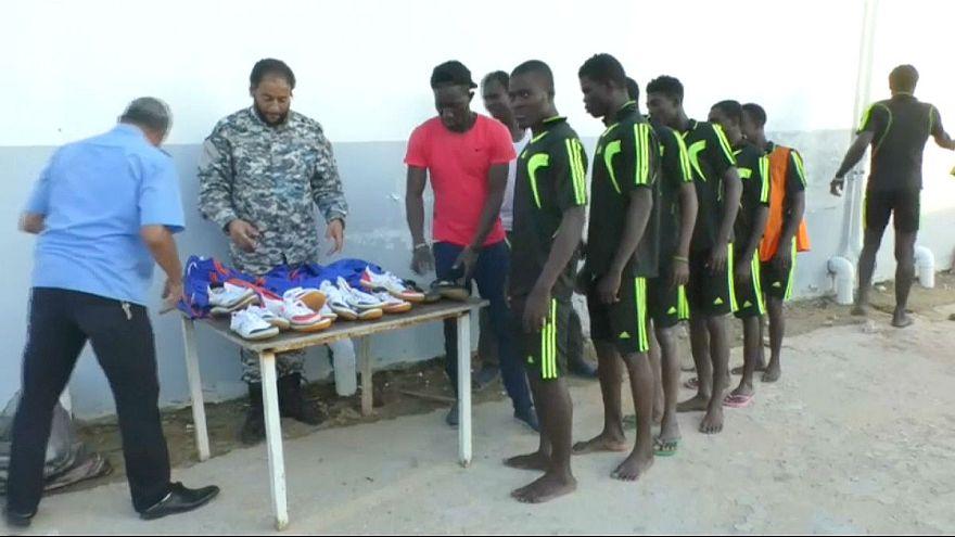 شاهد: كرة القدم تخفف من مأساة المهاجرين في مراكز الاحتجاز الليبية