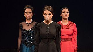 Θέατρο: Οι συγκλονιστικές «δούλες» στο Παλαιό Φάληρο