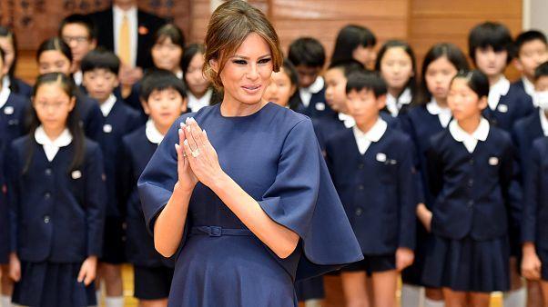 """ميلانا وآكي تكتبان """"السلام"""" باليابانية"""