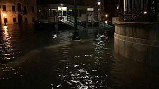 Venedik'te yükselen su seviyesi endişe veriyor