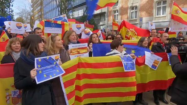 Bruselas recibe a los alcaldes catalanes con una manifestación por la unidad de España