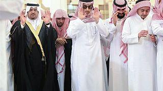 في ظهور نادر محمد بن نايف يشارك في جنازة الأمير منصور بن مقرن