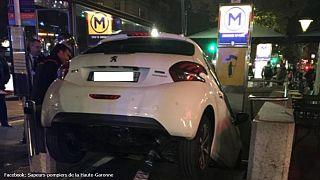 سيدة تقود سيارتها في مدخل محطة مترو ظنا منها أنه موقف للسيارات