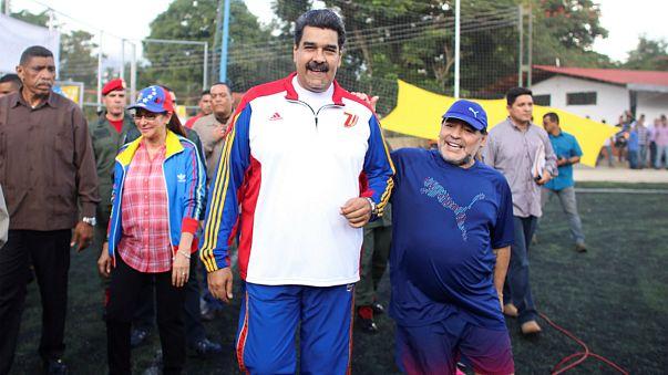 بالفيديو: مارادونا يخوض مقابلة كرة قدم مع الرئيس الفنزويلي