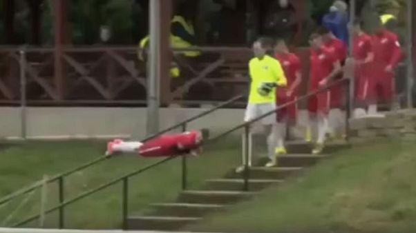 Sahaya tırabzanlardan kayarak inen futbolcu sosyal medyayı salladı