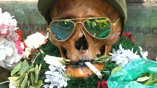 تزيين الجماجم بسجائر وقبعات ونظارات خلال طقوس تقليدية