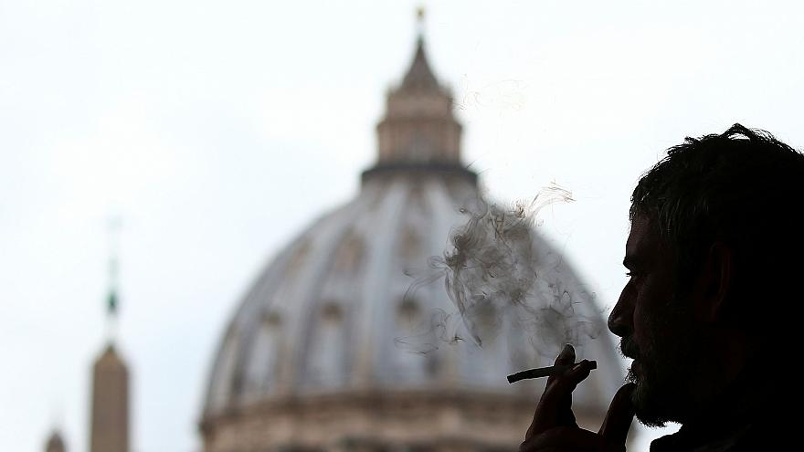 El papa Francisco prohíbe el tabaco en el Vaticano, la OIT corta lazos con las tabacaleras