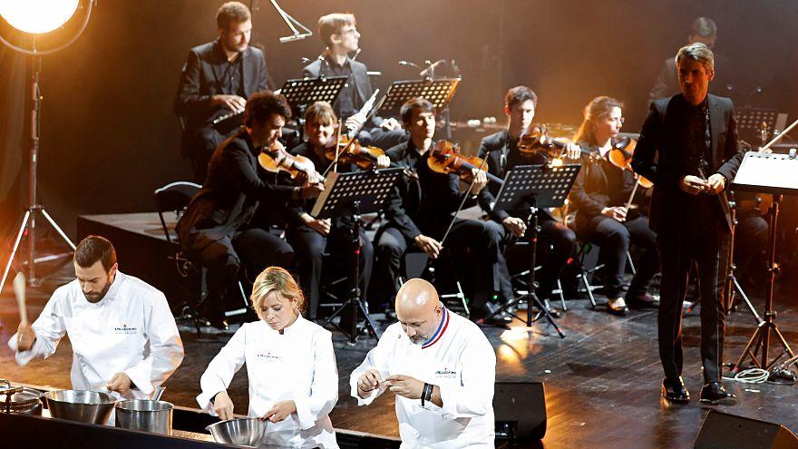 Zenével főztek: hatalmas lakomát csaptak a párizsi Trianon színházban