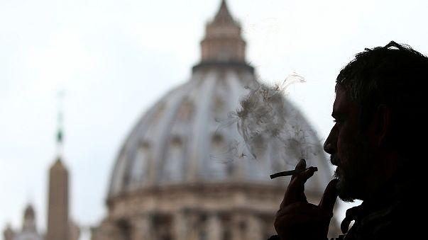 Le pape interdit la vente de cigarettes au Vatican
